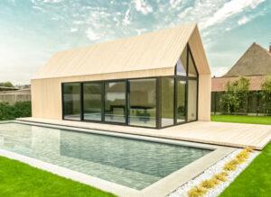 houten poolhouse in houtschakelbouw